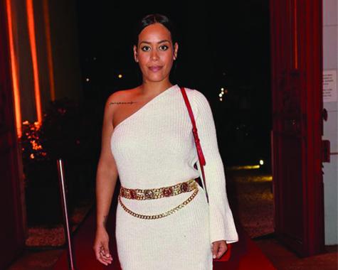 Critiquée après avoir posté une photo sur Instagram où elle apparaissait vêtue d'une robe en laine blanche avec une épaule dénudée.